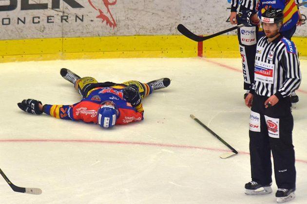 Zraněný českobudějovický hokejista Luboš Rob během utkání baráže na ledě Karlových Varů.
