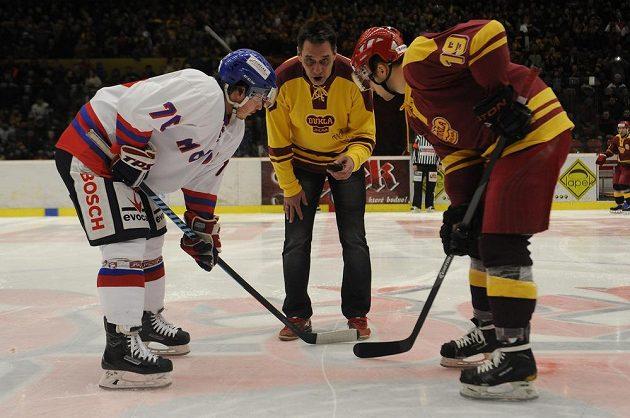 Čestné buly vhodil bývalý hokejový reprezentant Oldřich Válek (uprostřed). Vlevo je Rok Pajič z Budějovic, vpravo Adam Zeman z Jihlavy.
