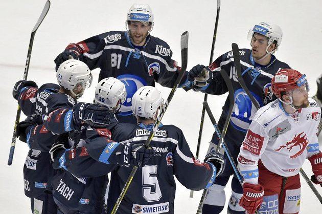 Hokejisté Plzně se radují z gólu v semifinále extraligy.