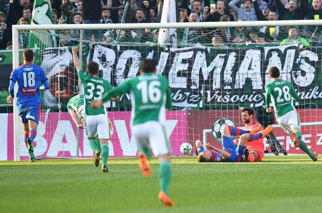 Fotbalisté Bohemians právě dávají Plzni druhý gól.