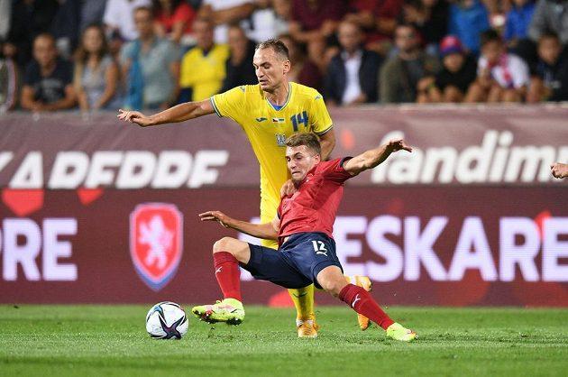Český záložník Michal Sadílek v souboji o míč s Evgenem Makarenkem v přípravném utkání s Ukrajinou.