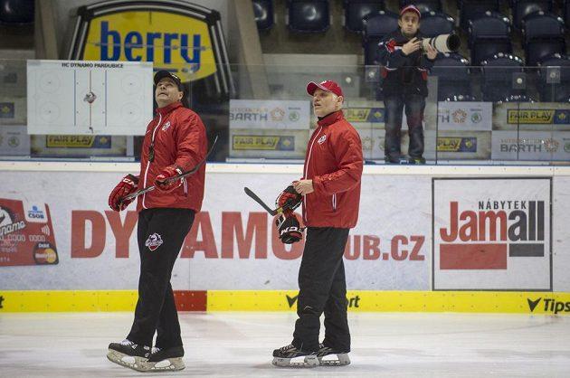 Nový hlavní trenér Peter Draisaitl a jeho asistent Richard Král (vlevo) poprvé vedou trénink hokejistů Pardubic.