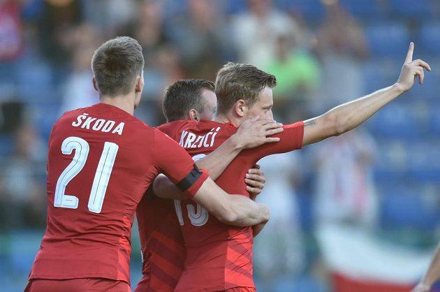 Ladislav Krejčí se raduje se spoluhráči z úvodní trefy v přátelském utkání proti Arménii.