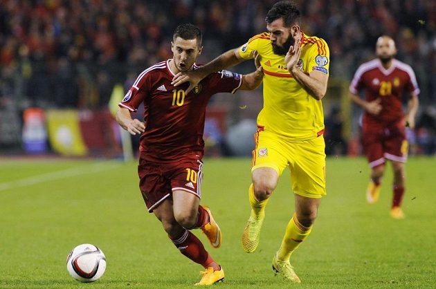 Belgičan Eden Hazard (vlevo) bojuje o míč s Joem Ledleym z Walesu v kvalifikačním utkání o postup na ME.