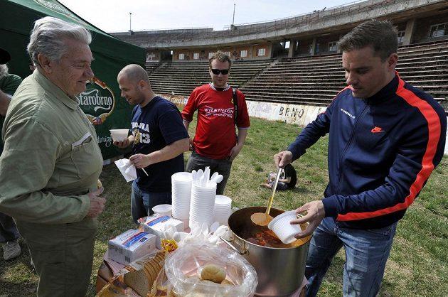 Fanoušci brněnského fotbalu dokončili úpravy fotbalového stadiónu za Lužánkami, aby se zde mohl 27. června odehrát rozlučkový zápas brněnského fotbalisty Petra Švancary (vpravo).