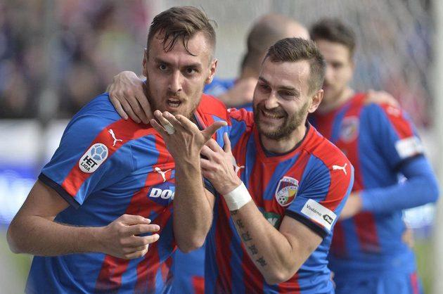 Zleva střelec Tomáš Chorý a Radim Řezník z Plzně se radují z gólu proti Liberci.