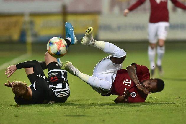 Patrik Čavoš z Českých Budějovic a Guélor Kanga ze Sparty během utkání MOL Cupu.