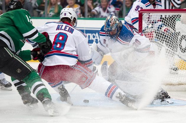 Český útočník Radek Faksa (12) z Dallasu útočí na bránu New Yorku Rangers v zápase NHL.