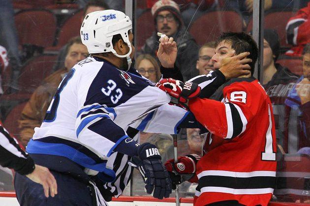 Během utkání mezi New Jersey a Winnipegem došlo i k potyčce mezi Dustinem Byfuglienem z Jets (vlevo) a Ďáblem Stevem Bernierem.