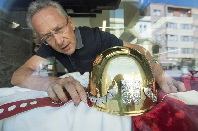 Zlatá přilba, hlavní trofej plochodrážního závodu v Pardubicích.