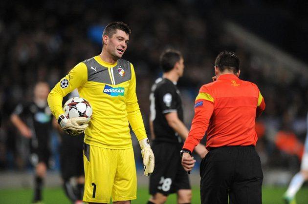 Rozhodčí Firat Aydinus nařídil pokutový kop pro Manchester City. Vlevo plzeňský brankář Matúš Kozáčik.