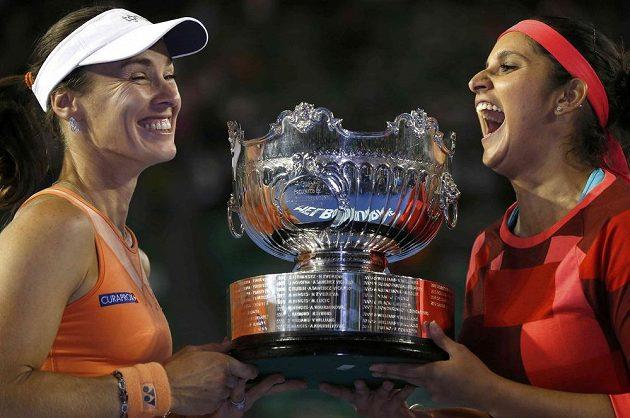 Vítězky čtyřhry žen Martina Hingisová (vlevo) a Sania Mirzaová v Melbourne s cennou trofejí.