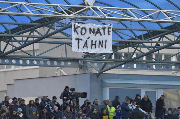 Fanoušci Sparty se pustili do Tiémoka Konatého i při utkání v Mladé Boleslavi, když vyvěsili na tribuně transparent s žádostí, aby opustil letenský klub.