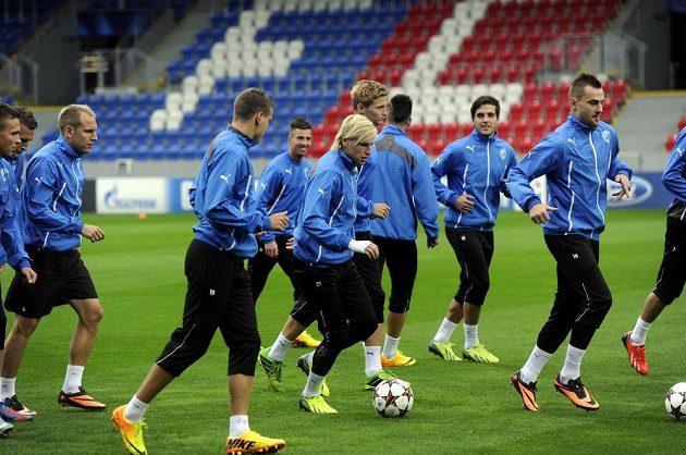 Plzeňští fotbalisté si zatrénovali před úvodním zápasem Ligy mistrů proti Manchesteru City. Uprostřed s míčem je František Rajtoral.