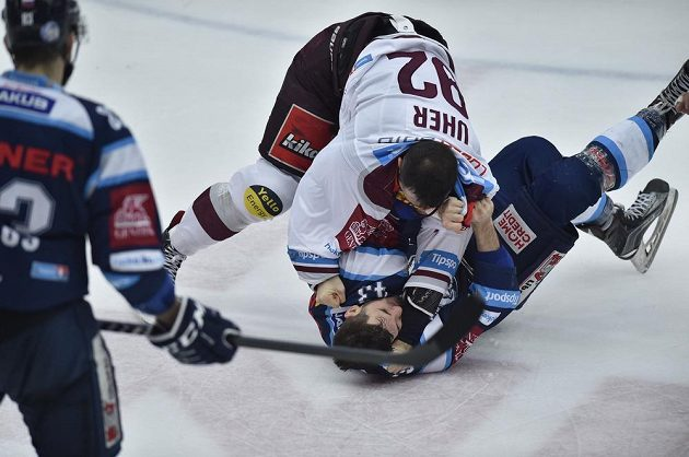 Dominik Uher ze Sparty a dole Patrik Maier z Liberce v pěstním souboji v předkole play off hokejové extraligy.