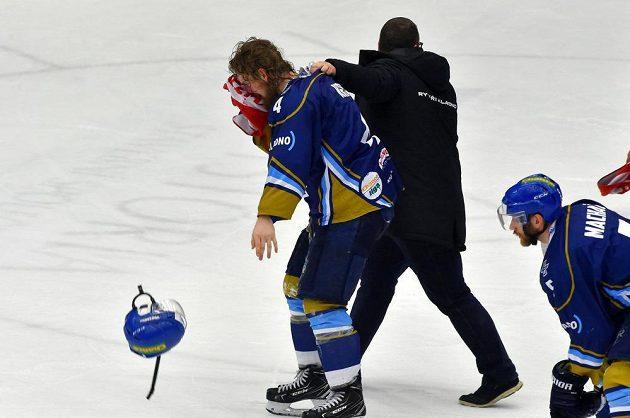Kladenský hráč Martin Kehar si ze souboje s Radkem Dudou odnesl krvavé zranění hlavy.