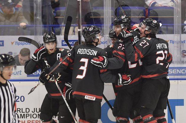 Kanaďané se radují z úvodního gólu proti Česku.
