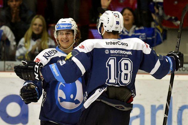 Plzeňští útočníci Miroslav Indrák (vlevo) a Dominik Kubalík se radují z gólu proti Karlovým Varům v utkání 14. kola Tipsport extraligy.