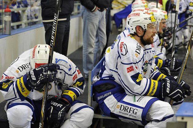 Smutní hokejisté Komety Brno po porážce s Litvínovem. Zleva útočníci Martin Dočekal a Jakub Koreis.