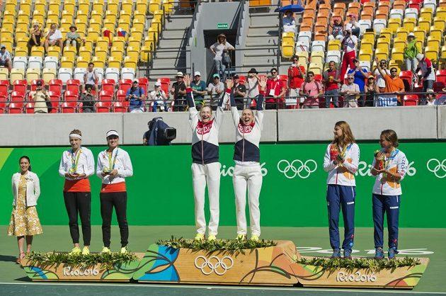 Medailový ceremoniál z OH v Riu. Zleva druhé v ženské čtyřhře Timea Bacsinszká a Martina Hingisová ze Švýcarska, první Jekatěrina Makarovová a Jelena Vesninová z Ruska a třetí Lucie Šafářová a Barbora Strýcová.