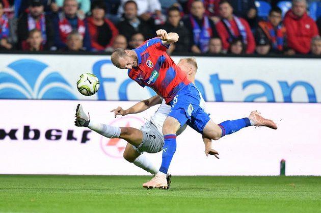 Plzeňský útočník Michael Krmenčík v souboji se sparťanským obráncem Kayou v utkání 10. kola Fortuna ligy.