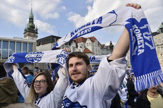 Fanoušci Komety sledují první finále extraligy v Liberci na velkoplošné obrazovce na Zelném trhu v Brně.