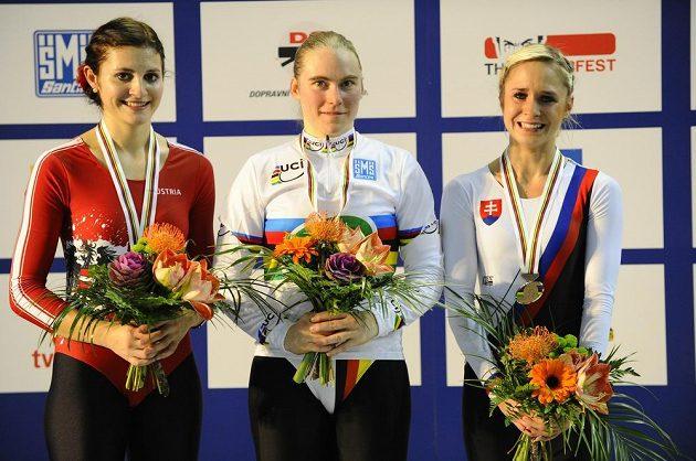 Trio nejlepších z MS v krasojízdě jednotlivkyň: zleva druhá Adriana Mathisová z Rakouska, vítězka Corinna Biethanová z Německa a třetí Nicole Frýbortová ze Slovenska.