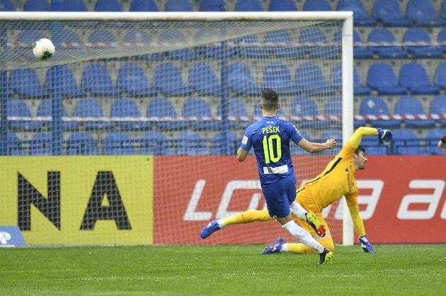 Jakub Pešek z Liberce z Liberce střílí druhý gól, vpravo brankář SpartyFlorin Nita.