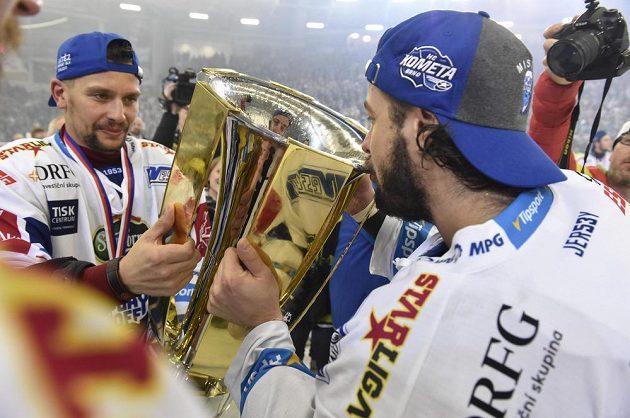 Zleva Jan Hruška a Martin Zaťovič z Brna s pohárem za vítězství v extralize.
