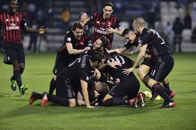Hráči AC Milán poté, co v Superpoháru na penalty zdolali Juventus.