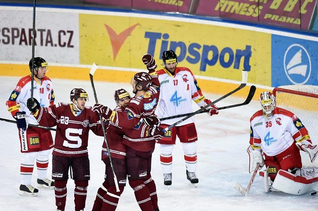 Hokejisté Sparty Praha se radují ze vstřelení gólu proti Olomouci. Vpředu zprava Petr Kumstát, Tomáš Rolinek a Lukáš Pech.