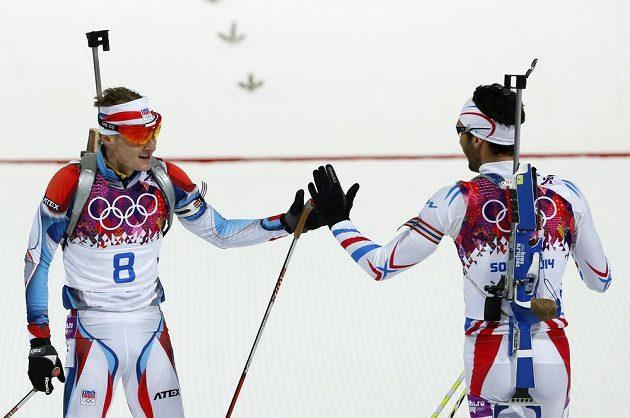 Biatlonista Ondřej Moravec (vlevo) a Francouz Martin Fourcade si gratulují k cennému kovu po dojezdu stíhacího závodu na olympiádě v Soči.