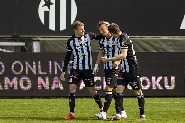 Fotbalisté Českých Budějovic (zleva) Jonáš Veis, Matěj Valenta a Matej Mršič.