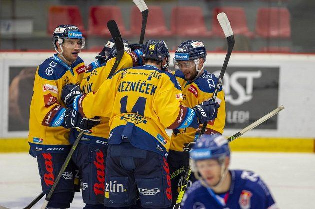 Hokejisté Zlína se radují z prvního gólu.