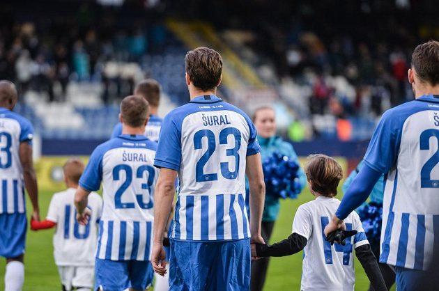 Liberečtí hráči nastoupili v dresech se jménem a číslem Josefa Šurala, který minulý týden tragicky zahynul v Turecku.