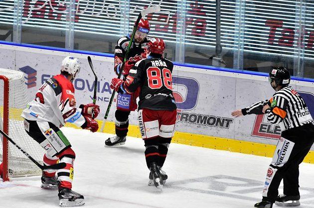 Zleva Jan Kolář z Pardubic a třinečtí hokejisté Petr Vrána a Erik Hrňa během extraligového duelu, který nabídl brankové hody.
