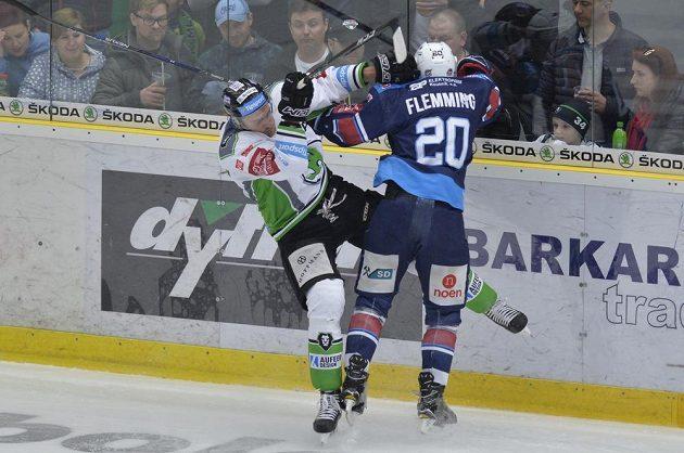 Lukáš Žejdl z Mladé Boleslavi v souboji s Brettem Flemmingem z Chomutova.