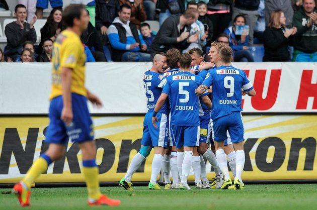 Fotbalisté Liberce slaví gól v síti Teplic.
