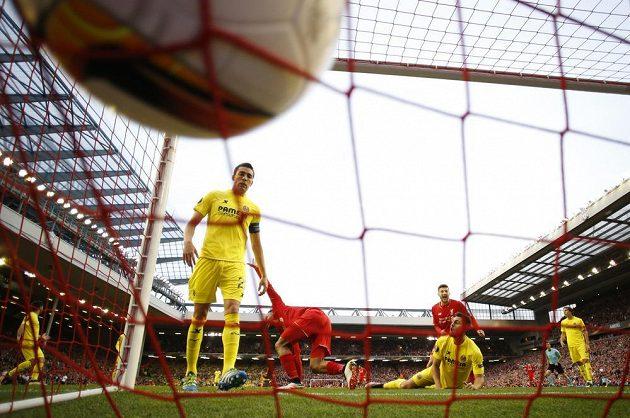 Fotbalista Villarrealu Bruno si dává vlastní gól v odvetě proti Liverpoolu.