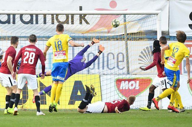 Teplický Hošek (vpravo) právě dává Spartě gól na 2:1.