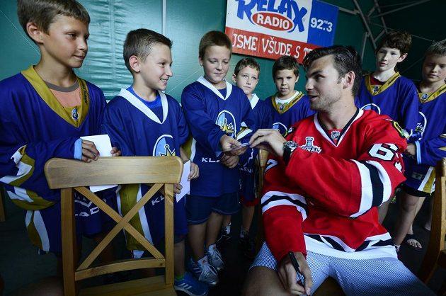 Michael Frolík se s mladými kladenskými hokejisty podělil o radost ze zisku Stanleyova poháru.