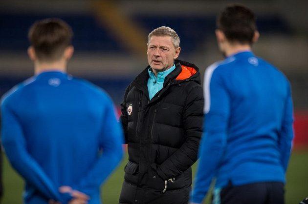 Trenér Sparty Praha Zdeněk Ščasný promlouvá k hráčům při tréninku v Římě.