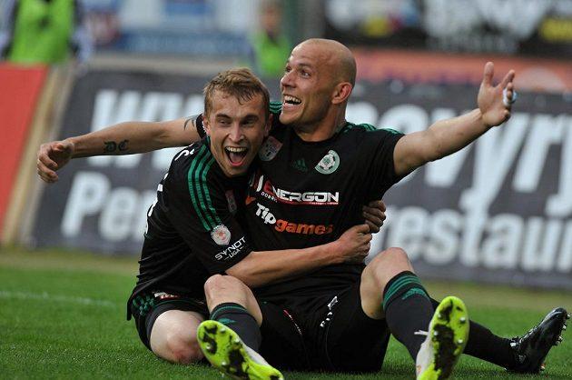 Jiří Mareš (vlevo) a Roman Bednář z Příbrami se radují ze vstřeleného gólu.