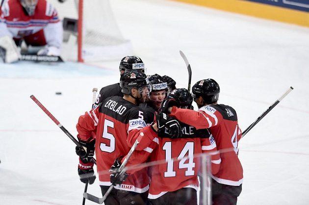 Kanadští hokejisté se radují z gólu. V pozadí překonaný brankář Ondřej Pavelec.