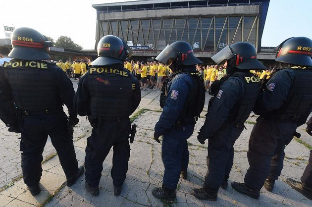 Opavští fanoušci pod dohledem policie po příjezdu na vítkovické nádraží.