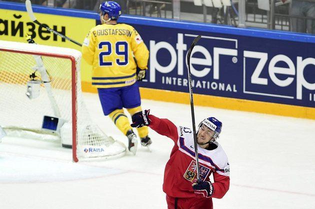 Jan Kovář se raduje ze svého gólu Švédům.