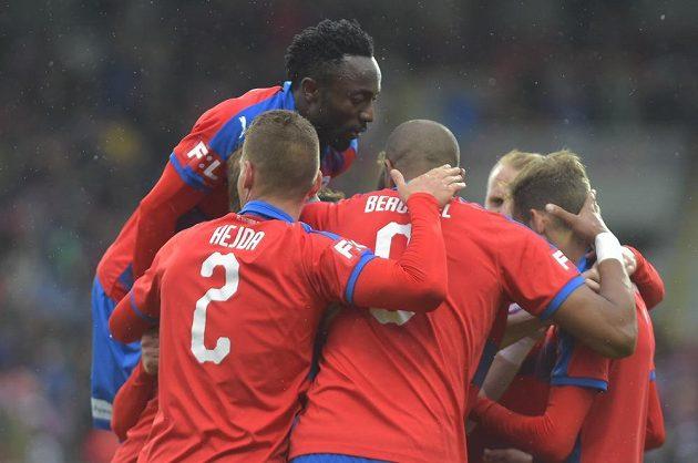 Hráči Plzně se radují z prvního gólu, který Spartě vstřelil Tomáš Hořava (vpravo).
