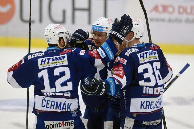 Hokejisté Brna se radují z prvního gólu, který dal Jan Káňa (uprostřed).