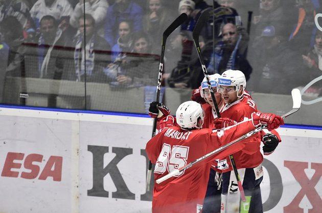 Hokejisté Pardubic se se radují ze vstřelené branky.