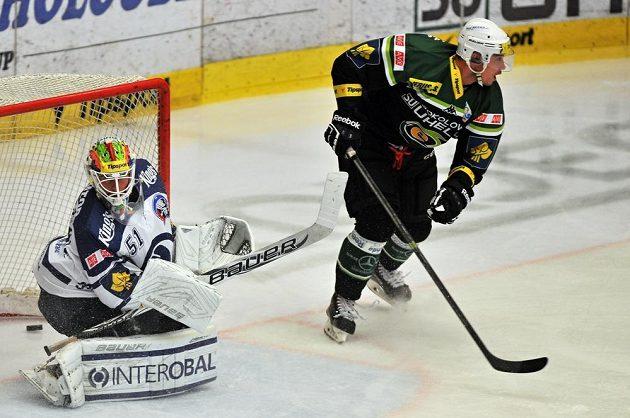 Plzeňský brankář Lukáš Mensator inkasuje gól v duelu s Karlovými Vary. Vpravo je útočník Energie Radim Hruška.